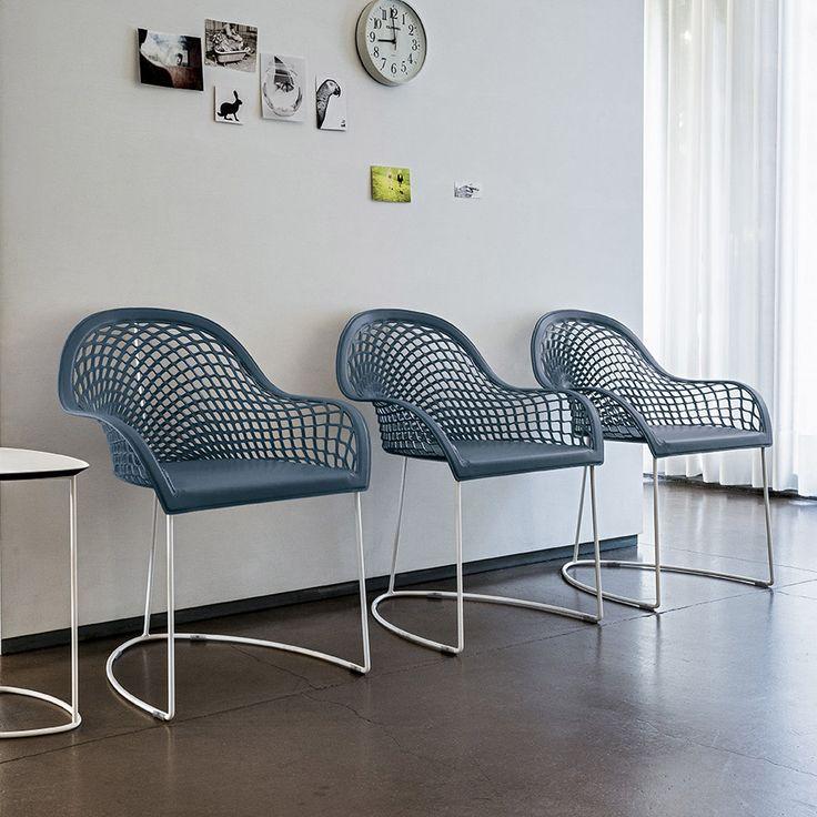 GUAPA P. Il cuoio utilizzato per questa sedia è di uno spessore maggiore delle altre sedute in quanto deve sostenere il peso della schiena. Disponibile nei coloro: verde salvia, azzurro, blu oceano, bianco, ocra, rosso, grigio cenere, fango, nero. Adatta per il soggiorno moderno, studio, ufficio, sale d'attesa.
