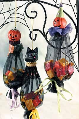 candy bags made of mesh and ornament: Halloween Book, Candy Bags, Halloween Decoration, Halloween Treat Bag, Cute Ideas, Halloween Favor, Halloween Candy Bag Idea