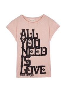 Classic fit t-shirt with bold print and round neckline.