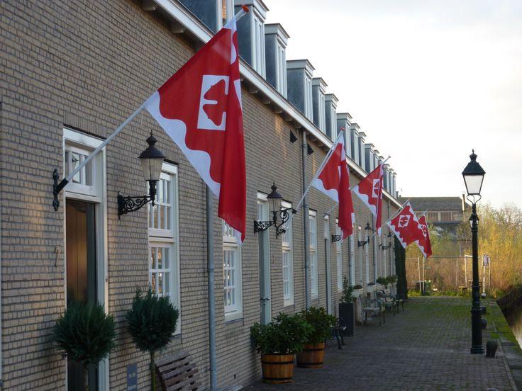 De stadsvlag van Oudewater aan de IJsselkade.