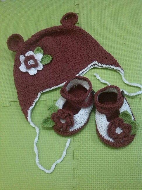 Topi dan sepatu bayi perempuan. Material benang katun.