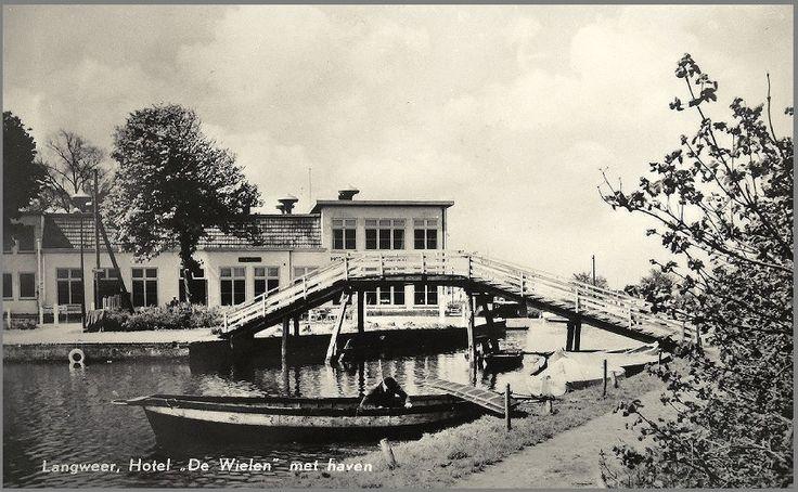 Brug naar strand en Hotel De Wielen. Vroeger was dit de zuivelfabriek en later is hier een zeilschool gevestigd.