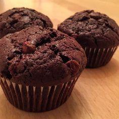 Ces muffins au chocolat sont juste parfaits, ils ont un bon goût de chocolat, les pépites apportent du croquant et ils sont moelleux à souhait.
