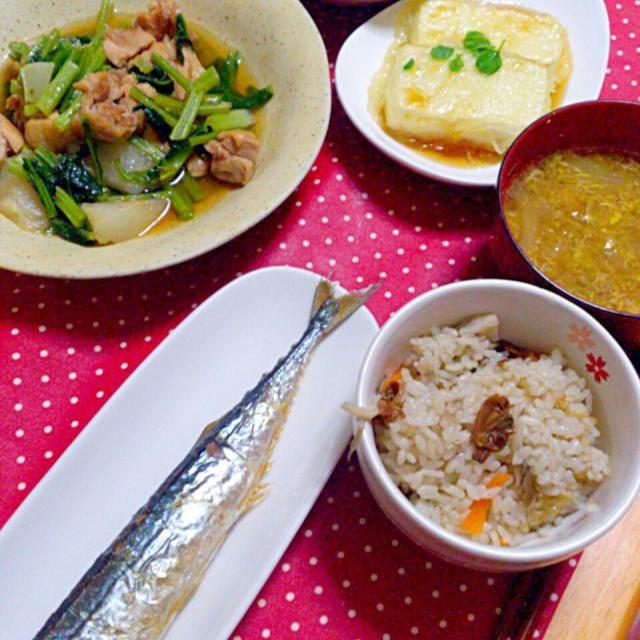 基本和風だけど、スープはカレー味。カレーの残りでスープを作りました(^^)  *秋刀魚の塩焼き *かぶと鶏肉の和風煮込み *茂蔵の揚げ出し豆腐 *生野菜サラダ *カレースープ *あさりときのこの炊き込みご飯 - 25件のもぐもぐ - おうち晩ごはん*6.7 by danceyuki