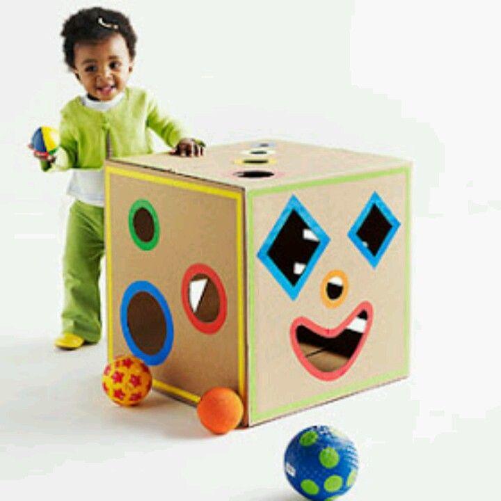 vormenbox. verschillende vormen van speelgoed zoals balletjes, kubussen, enz. gebruiken om de vormen in de doos te maken. Laat het kindje de balletjes enz in de doos steken in de juiste vormpje