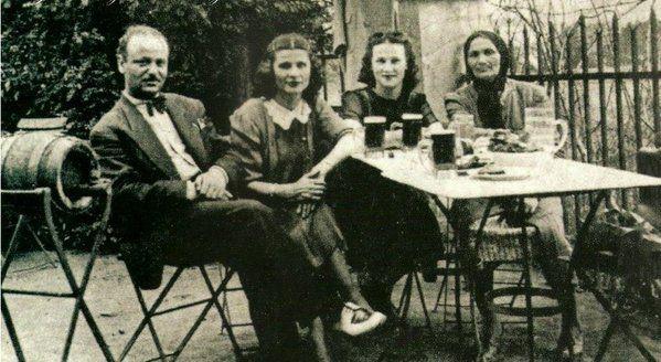 1933..İstanbul..Bomonti Bira bahçesi hatırası..Bira masalara soldaki küçük fıçılarla servis edilirmiş....