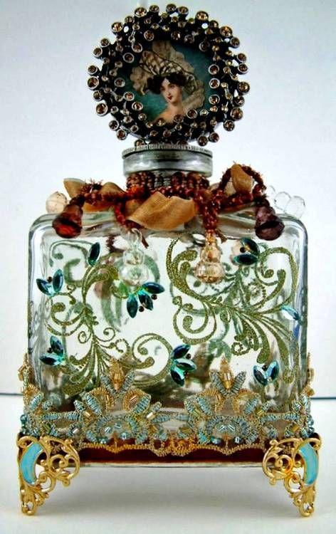 Eine wunderschöne Parfumflasche aus dem 19. Jahrhundert, aufwendig geschmückt.