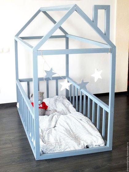 Купить или заказать Деревянная кровать-домик серая в интернет-магазине на Ярмарке Мастеров. Эта кроватка - мечта любого малыша! Да и любого родителя) Ведь иногда так хочется вспомнить детство! А в этом домике вы точно уместитесь вместе с ребёнком!) Описание Материал - массив сосны Покрытие - безопасная акриловая краска (на водной основе,без запаха) серого цвета* Размеры спального места (стандарт) : 160/80 см ** Высота домика - 150-160 см (самая высокая точка) Домик напольный - поэтому лу...
