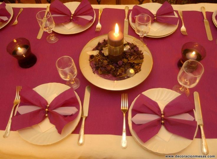 Los centros de mesa son dos platos plateados con hojas secas en tonos rosas-morados y una vela gruesa a la que puse una cinta plateada para que resultara mas luminoso.