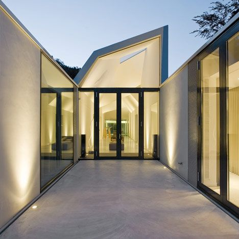 A single-storey family house featuring three faceted skylights