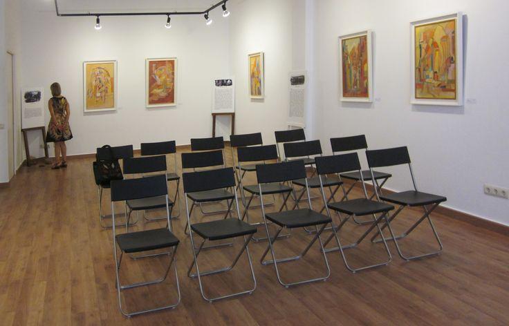 """Exposición """"Encretonné"""" de Higinia Bernad. Preparado todo para la presentación del libro de Joan Sala Vila."""