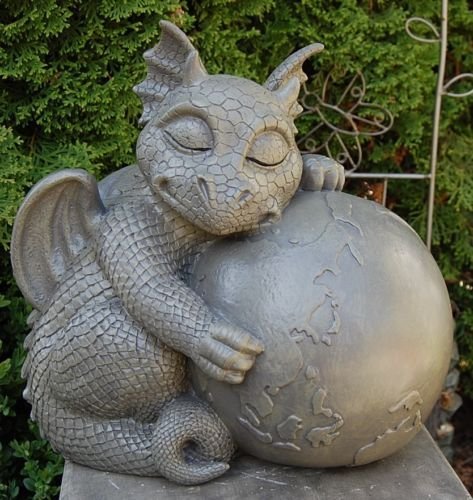 Grosser-Drache-auf-Weltkugel-Gartenfigur-Neuheit