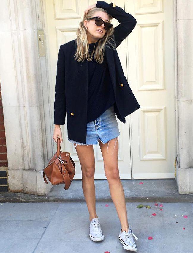 Blazer bleu marine + mini jupe en jean légèrement destroy + converses blanches = le bon mix (Camille Charrière)
