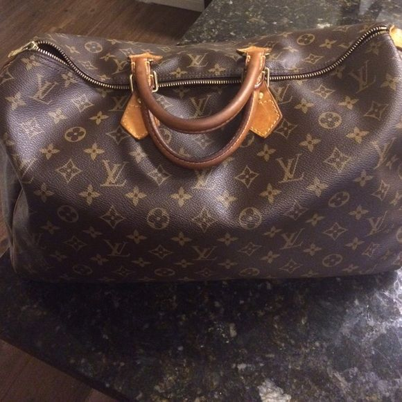 Louis Vuitton Speedy 40 FIRM PRICE Louis Vuitton Speedy 40 AUTHENTIC but that is pretty obvious, right?! Price drop from 600 12/17. This bag will never be lower than $499. Louis Vuitton Bags