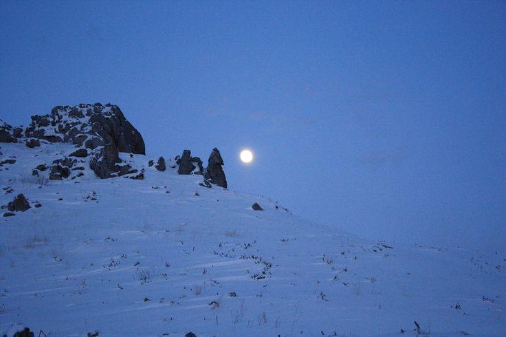 Luna llena Curiosa foto realizada en una ruta con raquetas de nieve desde el albergue alto miera, en San Roque de Riomiera, Cantabria, España http://alberguealtomiera.wordpress.com #albergue #cantabria