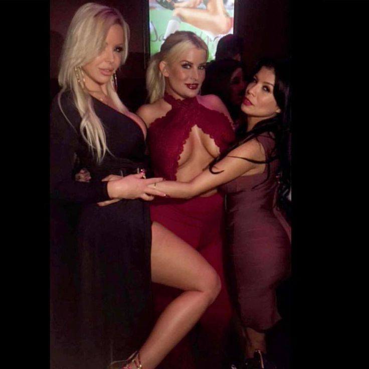 Good times with this beauties 😍 @ninacochina69 @thejuliecash 😘 Celebrating my #🎂 at @damesngamesla #goodtimes #memoriestolastalifetime #Sexy #blondies #lovethemboth #industry #boobsfordays #bootybootybooty #🔥  Source