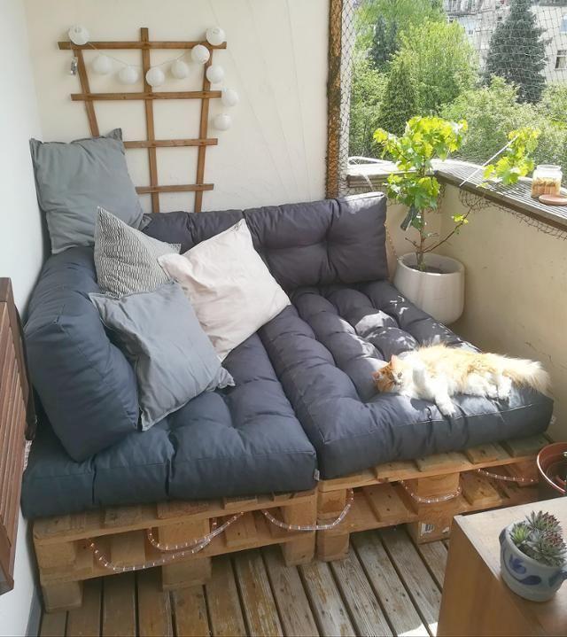 Balkonien der Extraklasse, findet auch die Katze! Entdecke noch mehr Wohnideen auf COUCHstyle #living #wohnen #wohnideen #balkon #katze #einrichten #interior #COUCHstyle