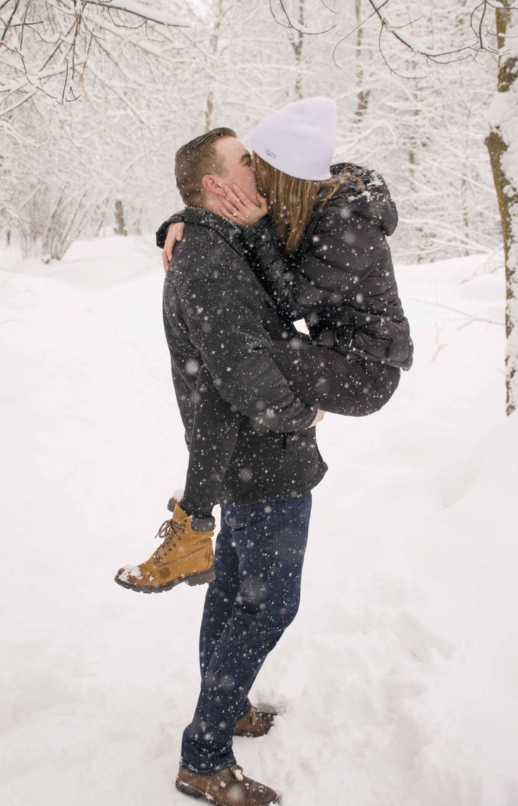 Winter snow wedding proposal idea.  Engagement photo idea!