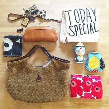 買い出しとのことで荷物は必要最低限。夏らしい素材感のバッグ&がま口率高めなのが特徴です。キュートなドラえもんは水筒だそう。