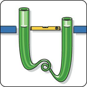Con una simple manguera de jardín, puede fabricar un nivel de burbuja apto incluso para utilizarlo en esquinas. Asegúrese de que los dos extremos están abiertos y llene la manguera de agua. El nivel del agua quedará automáticamente al mismo nivel en ambos extremos.