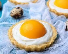 Tartelettes de pâques à la crème mousseline et aux abricots au sirop : http://www.cuisineaz.com/recettes/tartelettes-de-paques-a-la-creme-mousseline-et-aux-abricots-au-sirop-85832.aspx