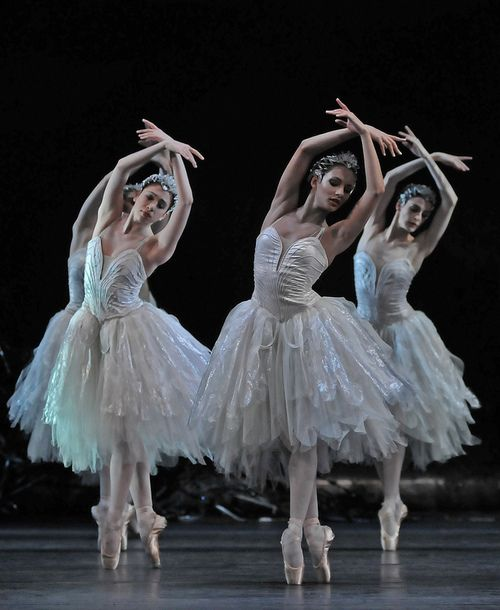 The Royal Ballet's Swan Lake  Act II  Photo by: www.dancetabs.com