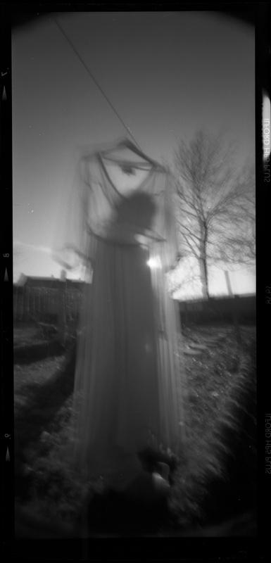 Régine Riou - Photographie argentique au sténopé - Nell et la robe