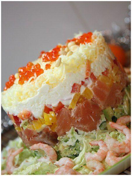 Вкусный салат из семги, сыра креветок и авокадо