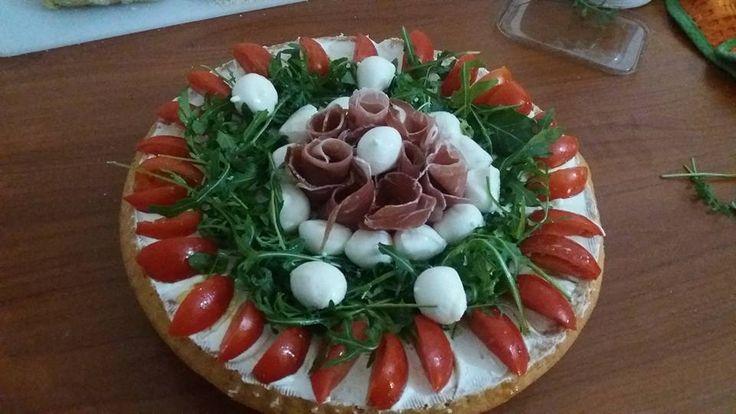 Crostata salata (Philadelphia,mozzarella,rucola,pomodorini e prosciutto crudo)