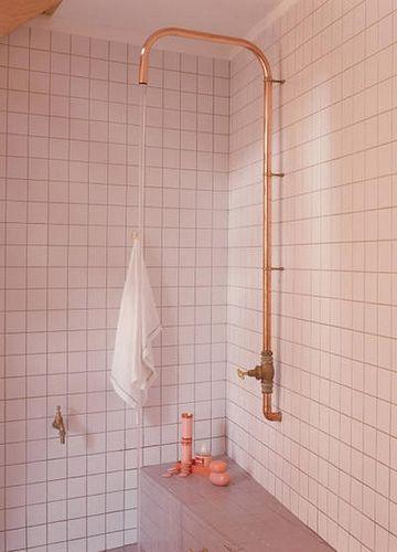 Une douche rudimentaire Rudimentary shower tray