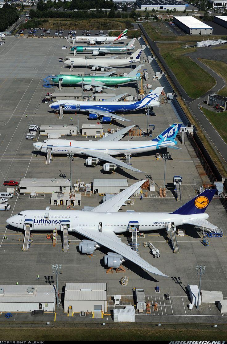 Una administración Lufthansa 747-8i la línea encima de heavies en Everett