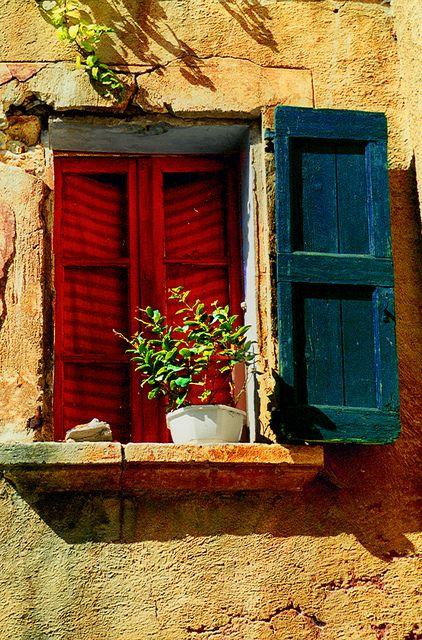 agoodthinghappened:  La fenêtre provençale 2 (Roussillon) by Vainsang on Flickr.