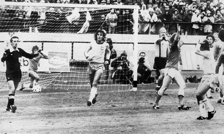 Copa de 1978 - Árbitro galês Clive Thomas anula gol de Zico no último minuto da estreia do Brasil na Copa, contra a Suécia
