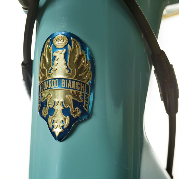 Bianchi-Specialissima-Pantani_limited-20th-Anniversary-edition_lightweight-carbon-race-road-bike_headtube-badge.jpg 1.200×1.200 píxeles