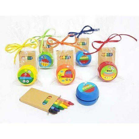 Detalles para niños: Yoyo en madera decorado con dibujos de vehiculos y caja en cartón con 6 ceras, bolsa celofán, rafia a tono y tarjeta personalizada. #regalocumpleaños #regalobarato #regaloeconomico #botellasagua #regalosparaniños #setregalosinfantilparaeventos #regalosparaeventos #paquetitosinfantilesparaeventos #regalosinfantilesboda #regalosinfantilescomunion #regalosinfantilescumpleaños