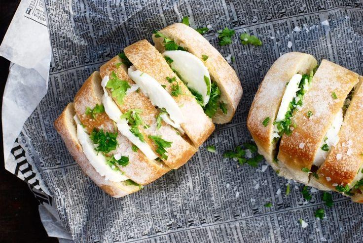 Happy Saturday Peeps! Alltså... Det finns vitlöksbröd och det finns vitlöksbröd med mozzarella.Jag väljer definitivt vitlöksbröd med mozzarella. Gud så gott! Det perfekta tilltugget vid...
