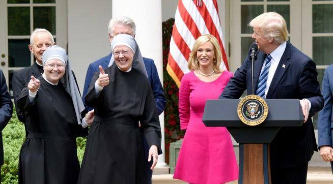 Por Ontem, Dia Nacional da Oração (National Day of Prayer), o Presidente Donald Trump chamou ao palco principal, para uma saudação especial, as freiras da Congregação Little Sisters of the Poor.