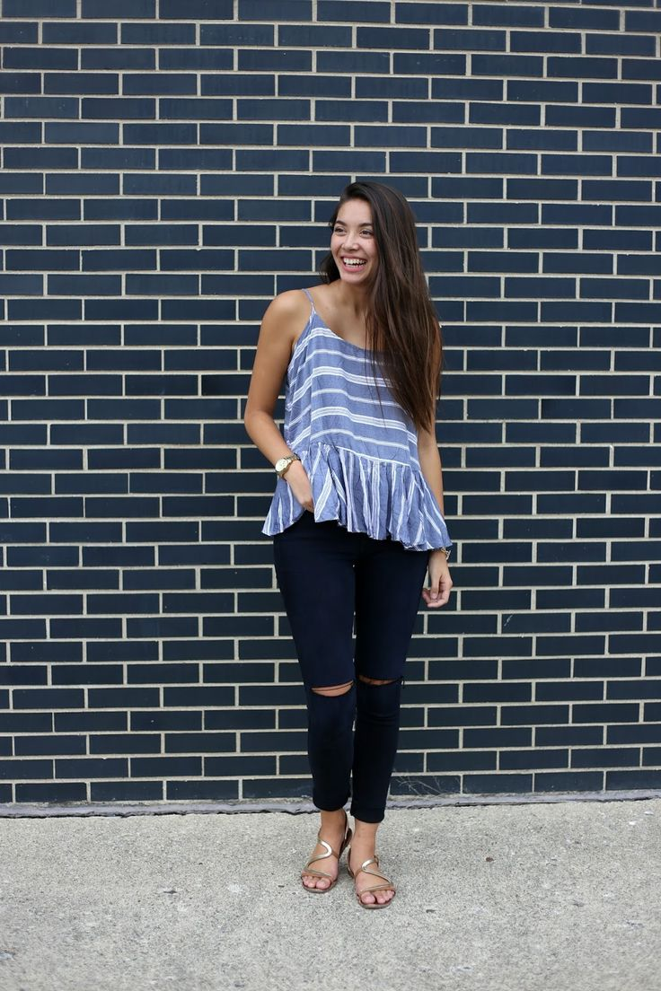 Emma's Style Guide. Blue striped top with ruffle+nay ripped jeans+golden sandals. Summer Outfit 2016 Top azul de rayas+vaqueros azul marino+sandalias planas doradas. Outfit Verano 2016