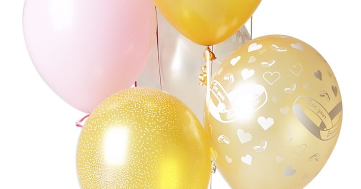 Cómo hacer pesas decorativas para sujetar globos. Los globos mejoran la decoración en celebraciones como bodas, cumpleaños y fiestas de graduación. El helio que los mantiene flotando durante el evento también requiere del uso de pesas para mantenerlos en su lugar. Evita que los globos de tu fiesta se vayan volando creando tus propias pesas decorativas.