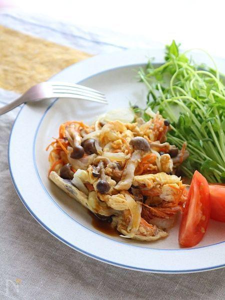 冷蔵庫に残った半端野菜(今回はにんじん、玉ねぎ、しめじ)を使って、レンジで3分で作ります。  油も使わずにヘルシーで、洗い物も最小限で済みます。    モーニングやブランチにもぴったりな卵料理。たっぷりの葉物野菜と盛り付けたらメイン料理の完成です。    お弁当にもお勧めな一品。