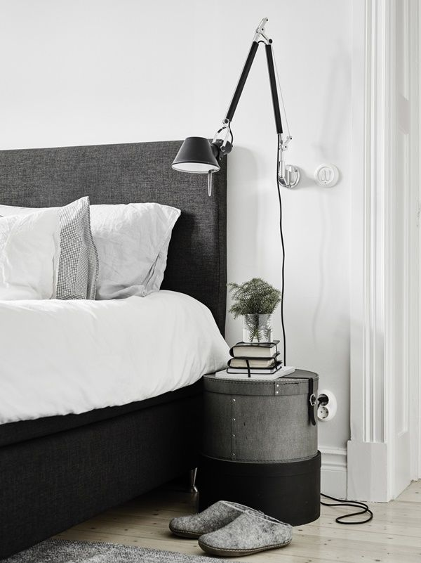 Hattlådor som nattduksbord, lampan