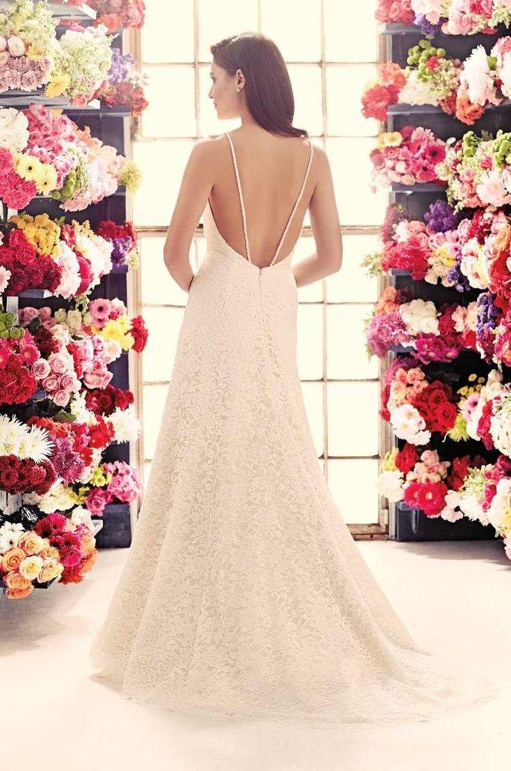 robe de mariée en dentelle blanche, coupe droite, dos nu avec deux bretelles spaghetti