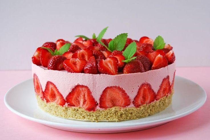 Ez a torta Évának, a Fakanál blog írójának születésnapjára készült.  Jó időben született, mert ilyenkorra már általában van finom magyar...
