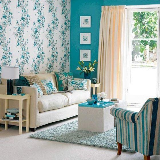 Дизайнеры выбрали для этой гостиной эффектное цветовое решение: одна стена выкрашена в чисто бирюзовый цвет, а другая имеет белый цвет, но с бирюзовым узором.