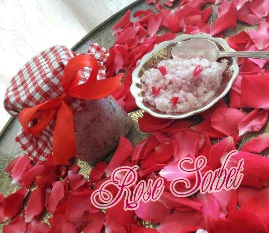 Σήμερα κερνάω Γρανίτα Τριαντάφυλλο!! Scrub Σώματος Τριαντάφυλλο με φυσικό χρώμα και άρωμα από πέταλα τριανταφυλλου. Και φοριέται και τρώγεται, διότι είναι από 100% φυσικά υλικά της κουζίνας μας. Μπορείτε να την απολαύσετε κάνοντας Scrub στα χείλη στο πρόσωπο και στο σωμα σας και μετά το μπάνιο θα είστε τόσο ενυδατωμενες, αρωματισμένες και βελούδινες όπως το Τριαντάφυλλο!
