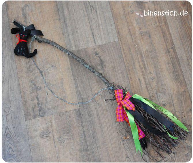Fertig! DIY-Hexenbesen aus Reisig mit Zierbändern und schwarzer Katze | binenstich.de