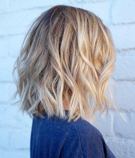 Neue schulterlange Haarschnitte