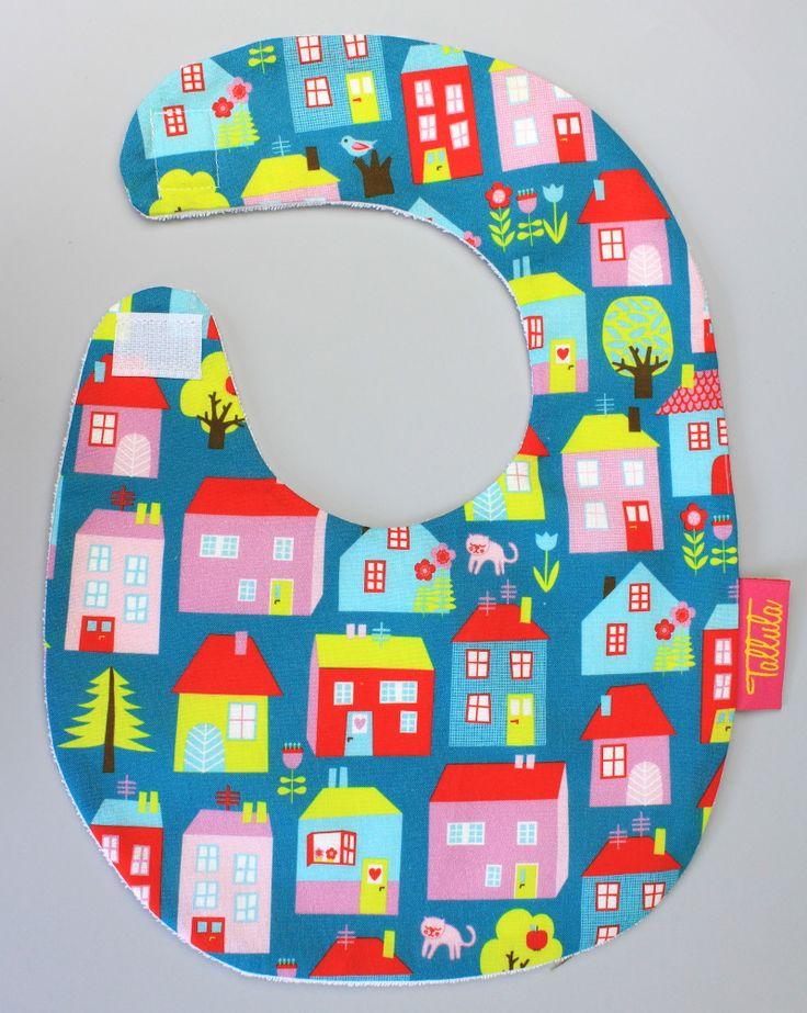 .... krásný dárek pro novorozeňátka a maličké do jednoho roku. Dopřejte Vašim dětem stylový slinták na vycházky, k lékaři, návštěvy či do společnosti.  * ušit z designové 100% bavlny a nepromokavého froté  * se zapínáním na neškrábavý suchý zip  * pro dětičky od 0 do 1 roku.  TIP: čerstvým miminkům sedí tento plochý typ slintáku často lépe než šátečky okolo krku.  Rozměry: od krku dolů 13cm, šířka 21cm,  obvod okolo krku max. 31 cm.