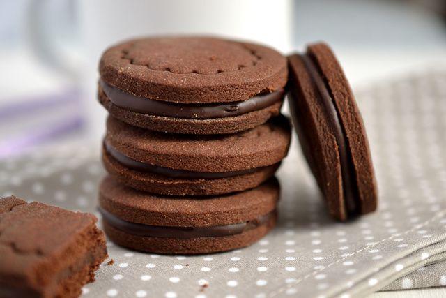 Omlós, kakaós keksz tejszínes étcsokikrémmel töltve, avagy a pilótakeksz fullextrás, házi változata.