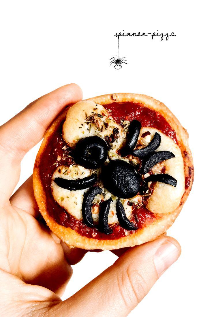 Du magst keine Spinnen? Dann sind diese Mini Spinnen-Pizzen der perfekte Halloween-Snack für dich. Ein Hingucker sind sie allemal!